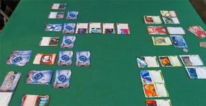Sulla sinistra il piano di gioco della Corp con gli ICE a difesa dei server; sulla destra il Runner che dispiega tutte le proprie risorse  per l'attacco
